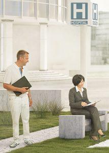 Gesundheitskommunikation, Arzt sieht auf Frau mit Buch in der Hand